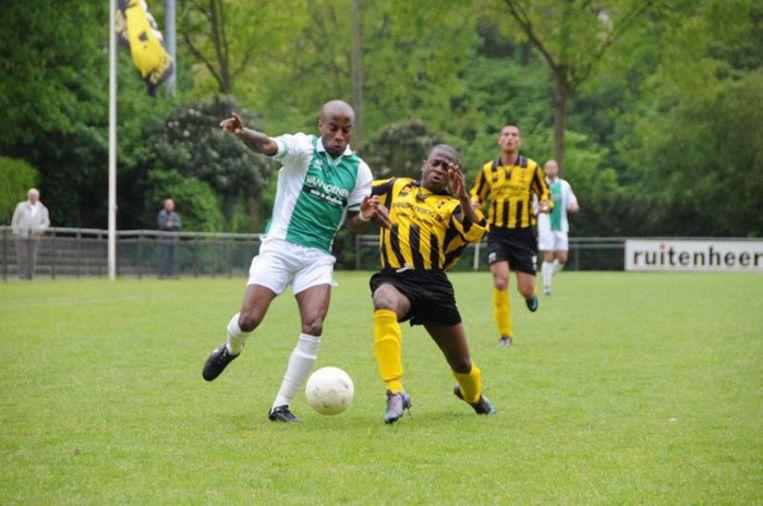 Het reeds gedegradeerde DWV verloor van titelkandidaat FC Hilversum (0-2). De interesse van vertrekkend trainer Ton Pronk gaat intussen vooral uit naar zijn aankomende werkgever, Pancratius. Foto John Beckman Beeld
