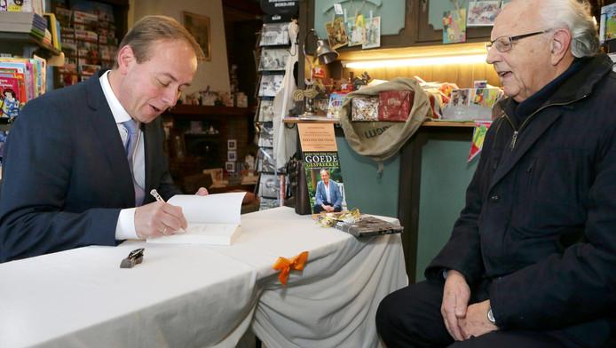 Kees van der Staaij signeert zijn boek.