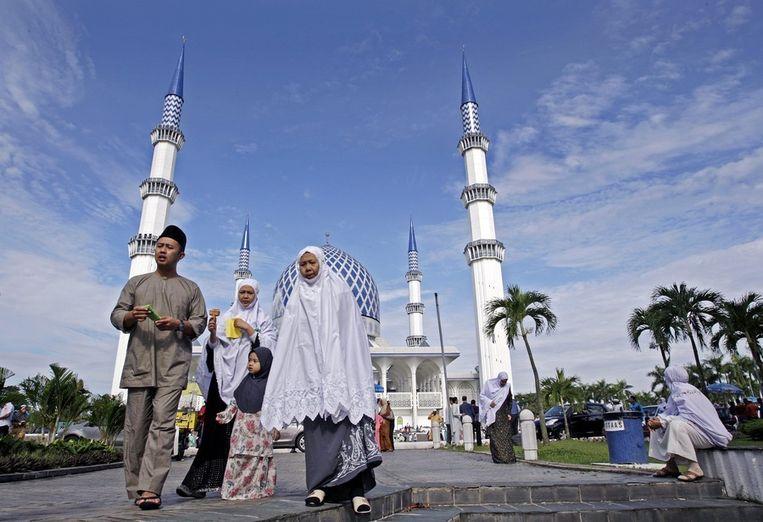 Een moskee in de buurt van Kuala Lumpur. De personen op de foto zijn voor zover bekend niet betrokken bij de moskeekliniek. Beeld EPA