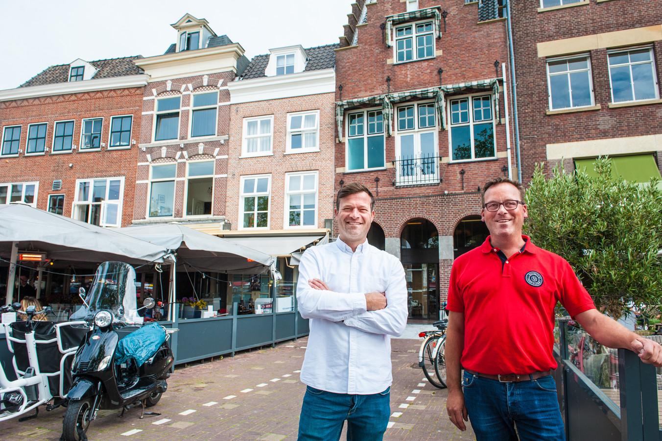 Bedrijfsleider Jeroen Hendriksen (links) en eigenaar Gewoon Gouds Joost Zekveld voor het oude Wibrapand waar begin volgend jaar restaurant Gouds Glas wordt geopend.
