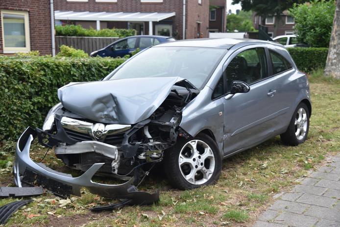 Auto total loss nadat hij tegen een boom aan reed.