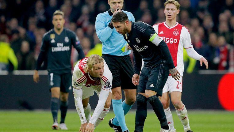 Ramos foetert Kasper Dolberg uit tijdens de eerste ontmoeting met Ajax. Beeld Erwin Spek/Soccrates