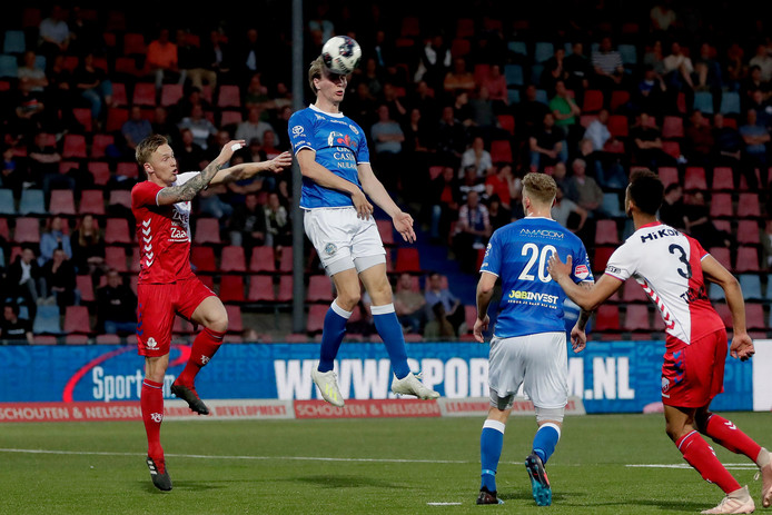 FC Den Bosch-aanvaller Vincent Vermeij (midden, koppend) was erg ongelukkig in zijn acties of kreeg slechte ballen. Het publiek in De Vliert was niet blij met zijn optreden en liet dat in woord en gebaar weten.