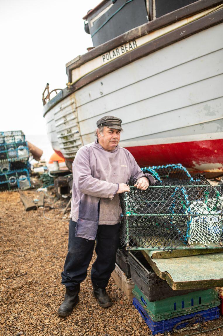 Visser Dave Lawrence vangt kreeften en krabben. Lawrence stemde voor de Brexit en heeft daar nu spijt van.  Beeld Antonio Olmos
