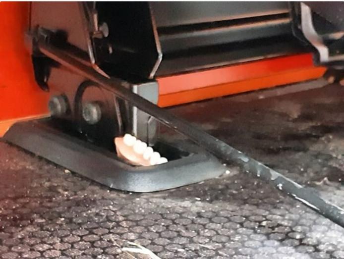 De in de politieauto aangetroffen rij tanden