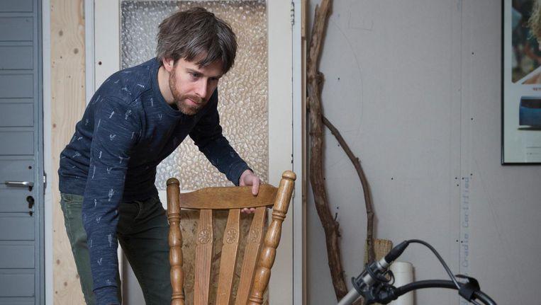 Ronnie van der Veer in zijn studio. 'Ik haal de meeste spullen van de kringloop. Daar ga ik op een stoel wiebelen om de kraak te testen.' Beeld Dingena Mol