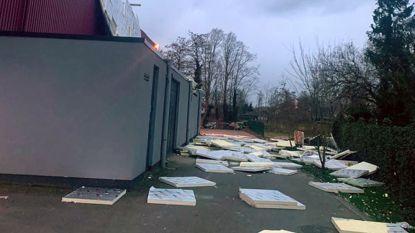 Alleen materiële schade door storm Dennis in onze regio: dakisolatie van sporthal gaat vliegen en bomen waaien om
