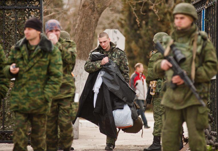 Oekraïense militairen verlaten hun basis in Sebastopol, een paar dagen nadat de Krim in maart werd geannexeerd door Rusland. Beeld EPA