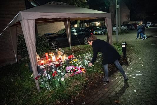 De gedenkplek in Wijchen waar steeds meer bloemen liggen.