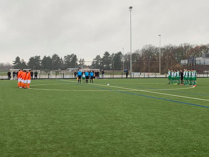 De elftallen van Oirschot Vooruit en Prinses Irene staan stil bij het overlijden van clubman Henk Berben.