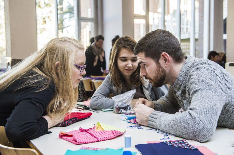 Leerlingen en sympathisanten werken zich uit de naad in het Instituut Sint-Godelieve.
