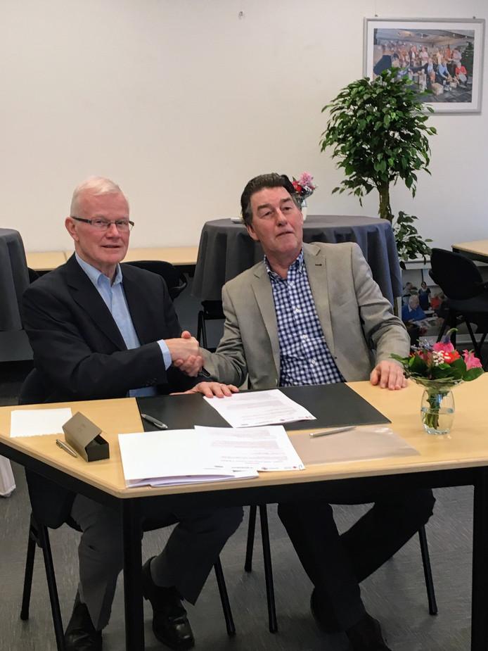KBO-voorzitter Leo Bisschops (rechts) en Tjeerd Bakker, voorzitter van het Rode Kruis midden- en west-Brabant, schudden elkaar de hand op de samenwerking.