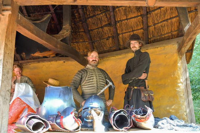 Schepen Gerard van Berkel (l) poseert met zijn schildknaap voor zijn wapenuitrusting. Van rechts naar links: het 12 kilo zware pantsier, beenstukken, helm, borststuk, armstukken en zijn handschoenen. Van Berkel houdt een 'Hehrhamer' in zijn handen.