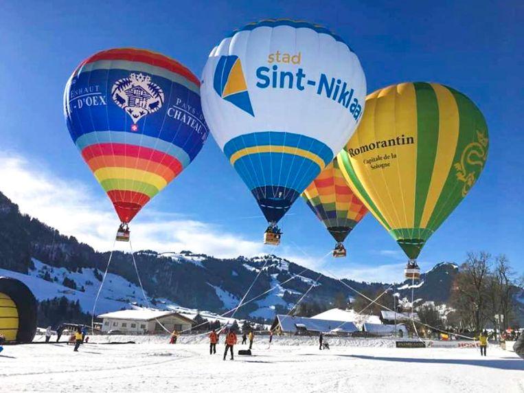 De stadsballon van Sint-Niklaas op het ballonfestival in het Zwitserse Château-d'Oex, samen met de ballons van de steden waarmee het een ballonverzustering heeft.