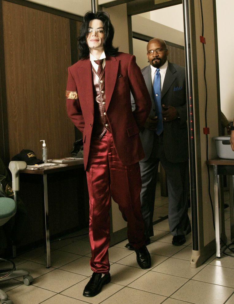 Michael Jackson loopt door een magnetometer bij aankomst in de Santa Barbara County rechtbank, 27 april 2005.  Beeld WireImage