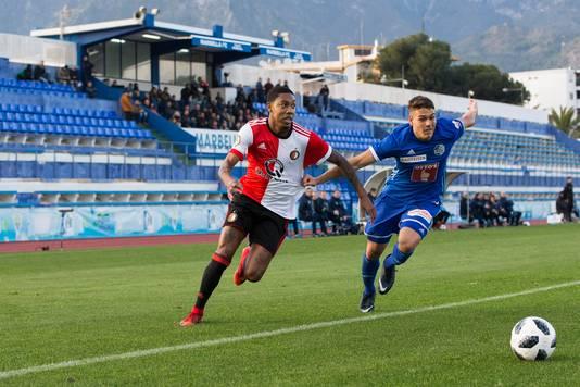Jean-Paul Boëtius snelt langs FC Luzern-speler Filip Ugrinic.
