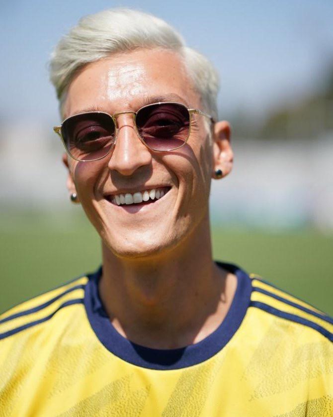 Mesut Özil met zijn nieuwe coupe.