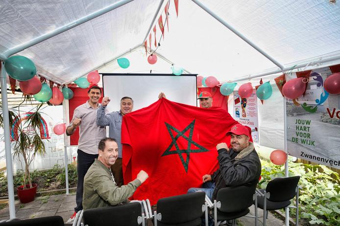 In het buurthuis Plein 11 op het Zwanenvechtplein te Zuilen is alles klaargemaakt voor de eerste wedstrijd van Marokko. Op groot scherm kan de wedstrijd worden bekeken.