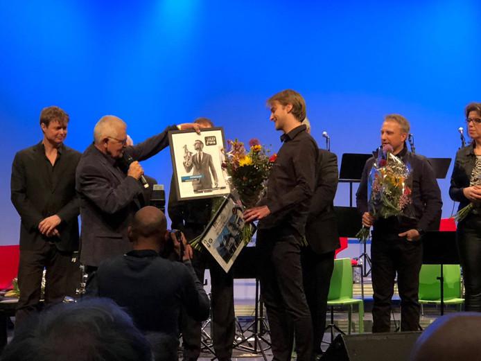 Solid Bigbanddirigent Gijs Berkers neemt de prijs in ontvangst.