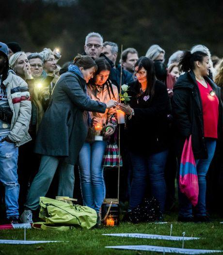 Minuut stilte bij demonstratie tegen coronawet in Den Haag, honderden betogers aanwezig