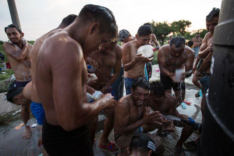 Migranten van de eerste karavaan in het tentenkamp van Juchitán, Mexico. Beeld AP