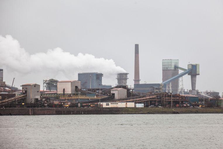 ArcelorMittal met vooraan een al bestaande kaaimuur (links).