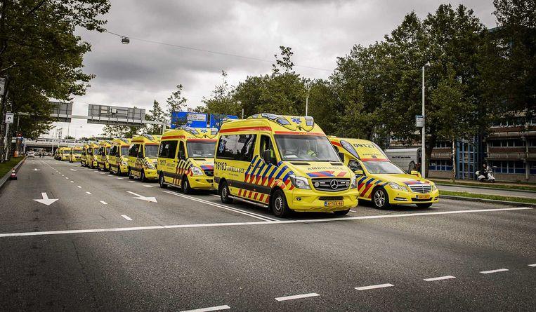 Ambulances staan klaar voor de evacuatie van patiënten vanuit het Amsterdamse ziekenhuis VUmc. Beeld anp