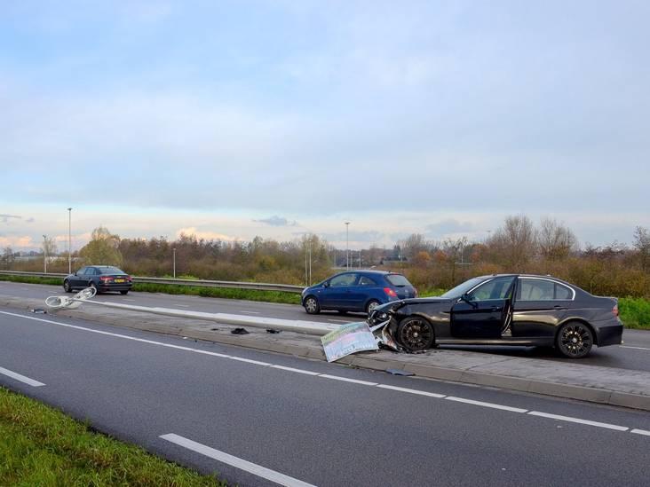 Automobilist vliegt uit de bocht en ramt lantaarnpaal in Tilburg