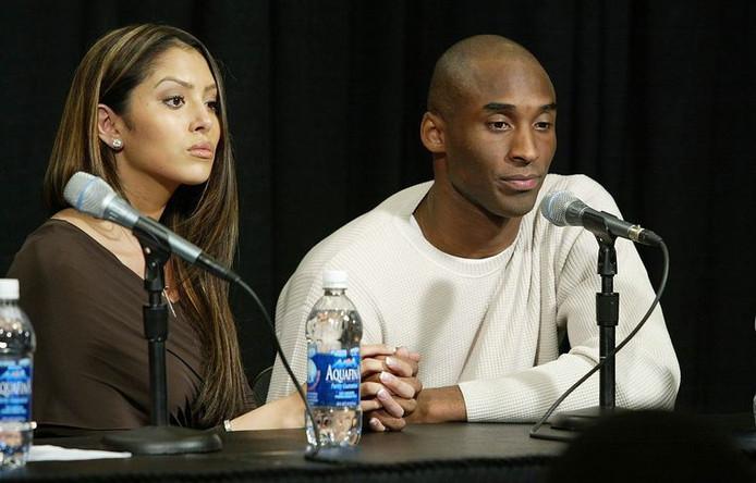 Vanessa et Kobe lors de la conférence de presse durant laquelle il a reconnu l'adultère.