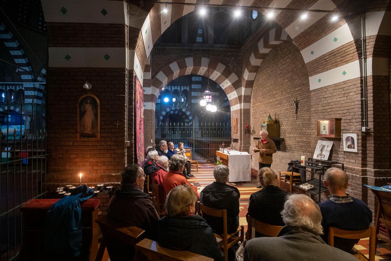 """,,Helaas willen wereldleiders van verzoening niks weten, vergelding is wat zij willen"""", zegt Piet Muilwijk bij aanvang van het Coventrygebed in de katholieke kerk in Wageningen. De gepensioneerde leraar gaat voor bij dit wekelijkse vredesgebed, een voorbeeld van de bijzondere samenwerking van de christelijke kerken in Wageningen."""