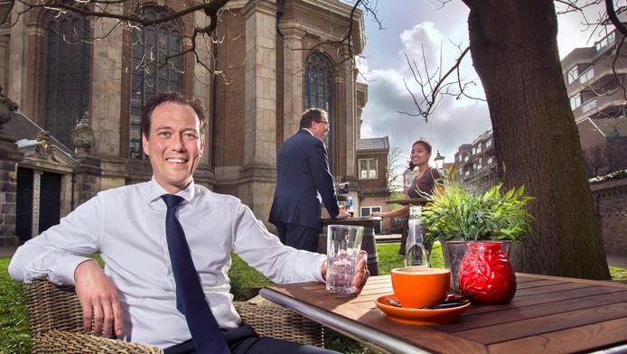 Boudewijn Revis op een terras bij de Nieuwe Kerk.