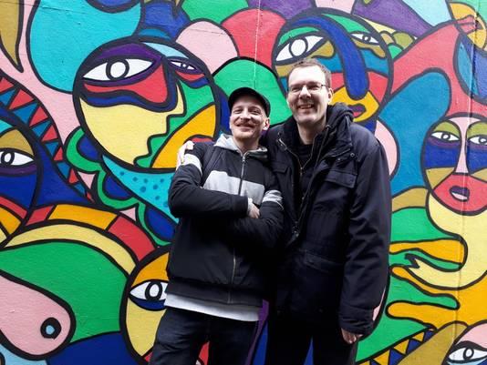 Marijn Gronert en Edward Teeuw bij het kunstwerk op de Lijnbaan.