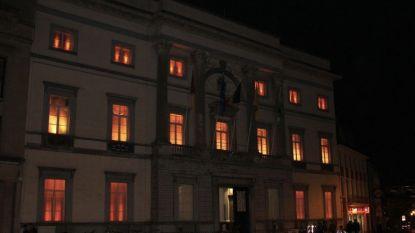 Vijf stadsgebouwen kleuren oranje tegen vrouwengeweld