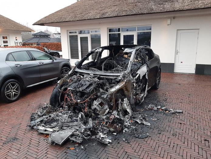Op 6 december brandde aan de Malkenschoten deze Porsche volledig uit.