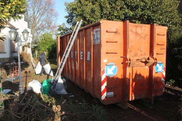 Een grote container werd naast het huis geplaatst.