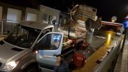 Kleine vrachtwagen verliest laadbak net voor tunnel