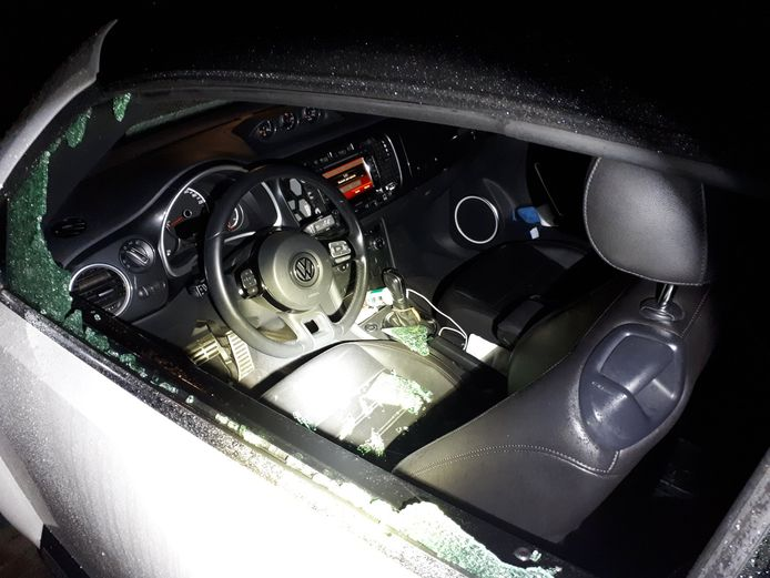 In de nacht van maandag op dinsdag kreeg de politie een melding van een getuige die zag hoe twee jongens in De Bilt een auto openbraken.