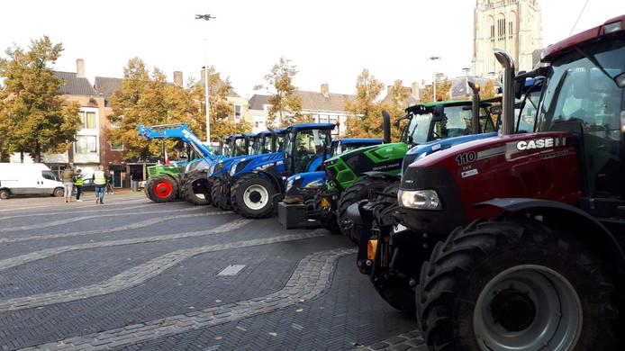 De eerste boeren zijn aangekomen op het plein voor het provinciehuis in Arnhem.