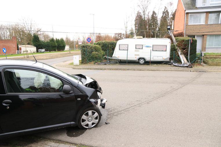 De paal viel rakelings naast een geparkeerde caravan.