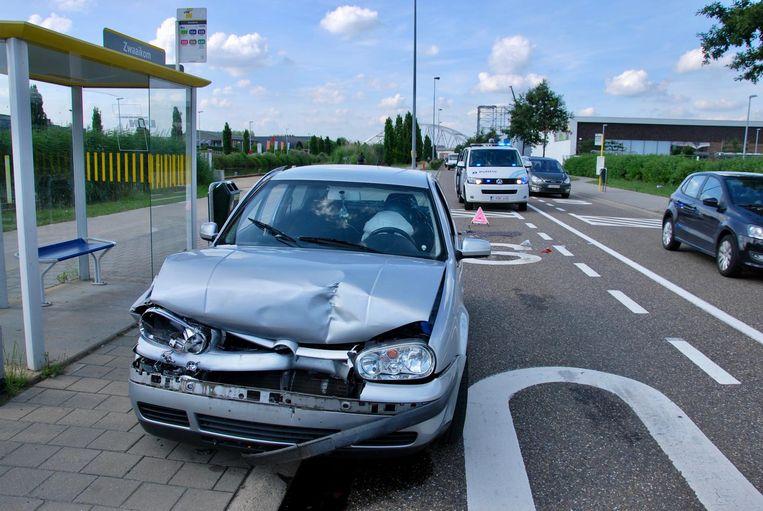 De politie kwam ter plaatse om de nodige vaststellingen te doen. De VW Golf, die inreed op zijn voorligger, raakte zwaar beschadigd.