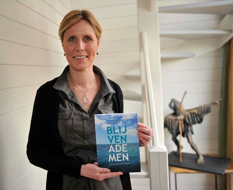 Katrien Geeraerts met haar boek 'Blijven Ademen'.