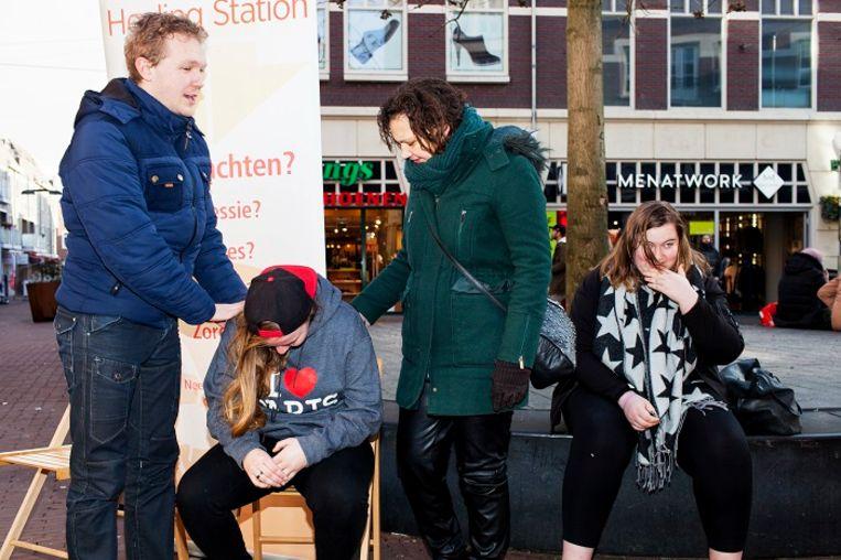 Daniël van Deutekom gaat met een geloofsgenoot de straat op om mensen te genezen. 'Dan leggen we een hand op iemands schouder en gaan we voor hem of haar bidden.' Beeld Renate Beense