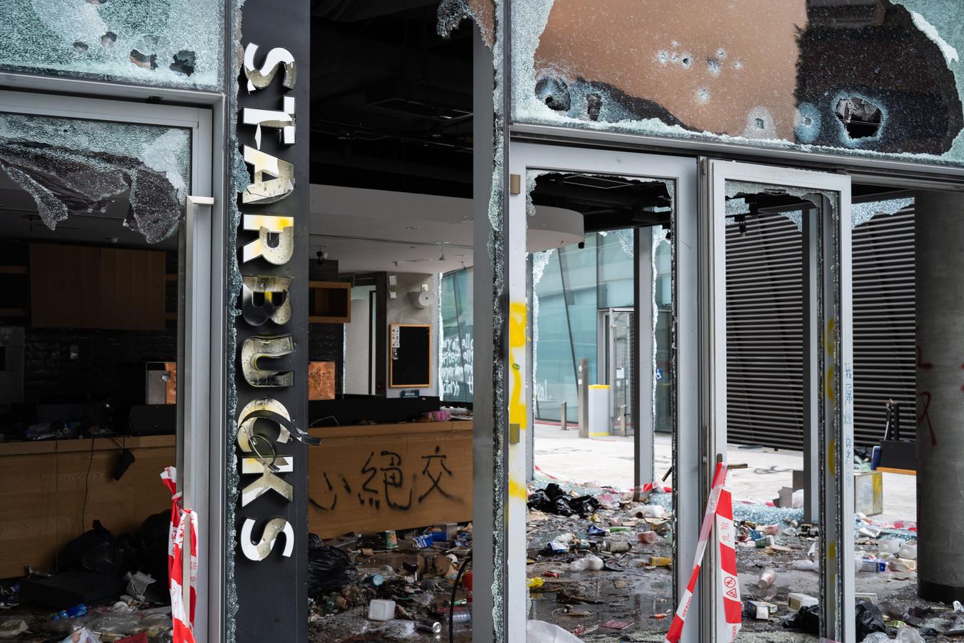 Het verwoeste Starbucksfiliaal op de PolyU campus.