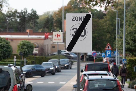 """Halfweg de Kasteeldreef stopt de zone 30. """"Onlogisch in een straat met een onoverzichtelijke bocht, een zebrapad en veel afslaande auto's"""", klaagt oud-burgemeester Hugo Leroy aan."""