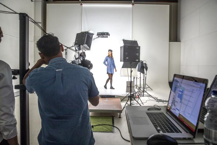 De fotograaf me een model ana het werk in een van de grotere studio's. Foto: Frans Paalman