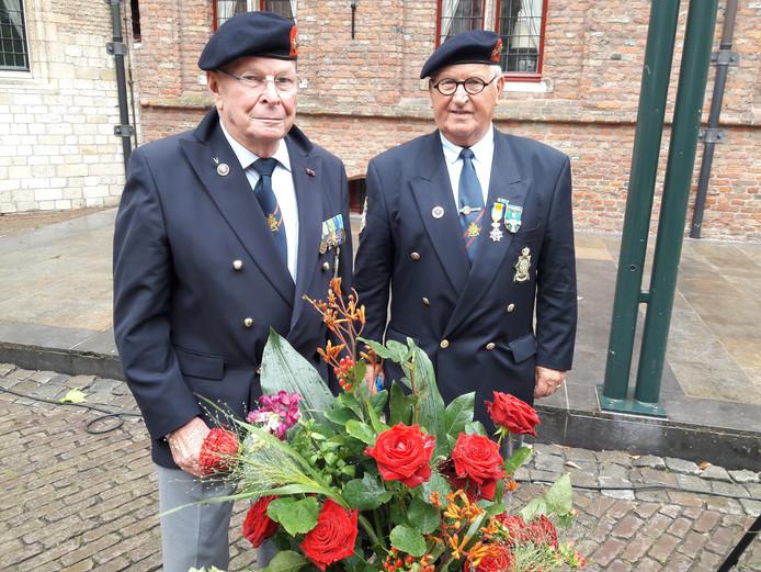 Veteranen Jan Buijse (links) en Peter Pellegrino zaterdag op de Zeeuwse Veternanedag in Middelburg.
