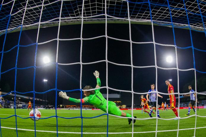 Maarten Pouwels (midden) werkt de bal achter FC Eindhoven-doelman Ruud Swinkels (1-1), maar stapte even later toch als verliezer van het veld met Go Ahead Eagles: 2-1.