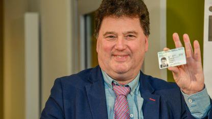"""Burgemeester Anthuenis reageert op heisa over eID: """"Niet de gegevens van mijn definitieve identiteitskaart"""""""