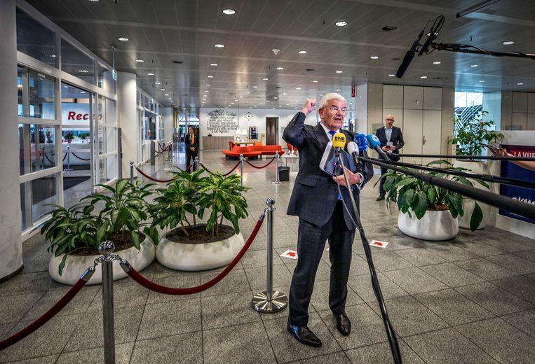 Burgemeester Jan van Zanen van Den Haag beantwoordt vragen na afloop van het overleg. Beeld Raymond Rutting / de Volkskrant