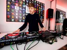 DJ Creeps draait met grote artiesten en is 15, dus moeten z'n schoolboeken mee op tournee